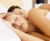 поза сне влияет интимную мужчин женщин