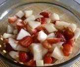 фруктово-ягодный салат банана киви клубники яблока мятой