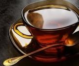 мужчин попросили пить чая